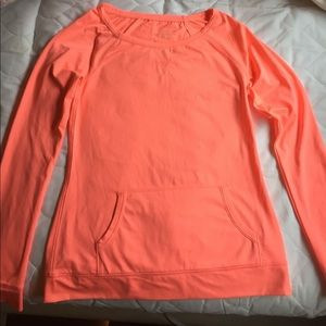 Lightweight excise top. A pocket in the front.